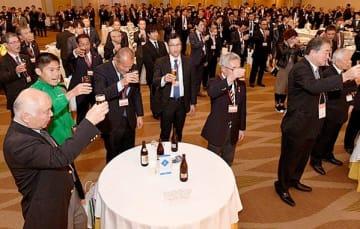 参加者や関係者でにぎわう熊本城マラソンの前夜祭。左手前から2人目は川内優輝選手=16日午後、熊本市のホテル日航熊本(上杉勇太)