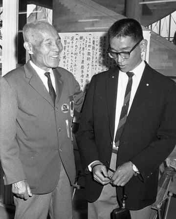 東京五輪マラソンで8位だった君原健二さん(右)を慰める金栗四三=1964年10月