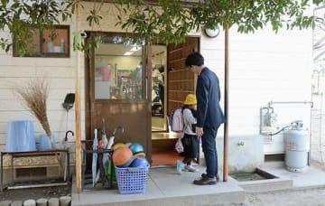 秋津小の児童育成クラブに通う児童と、迎えに来た保護者=12日、熊本市東区