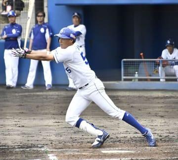 中日×ハンファ=3回裏2死一、二塁、同点左前打を放つ滝野=読谷