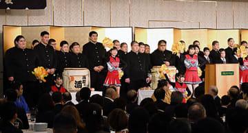 鳥取城北高の応援部からエールを送られる同校相撲部員(後列)=16日、JR鳥取駅前のホテルニューオータニ
