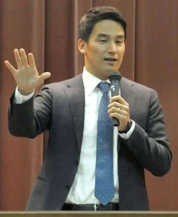 講演会で池江璃花子選手にエールを送る競泳元五輪代表の松田丈志さん=熊本市役所