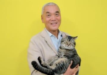 岩合光昭と猫のベーコン - 撮影:坂田正樹