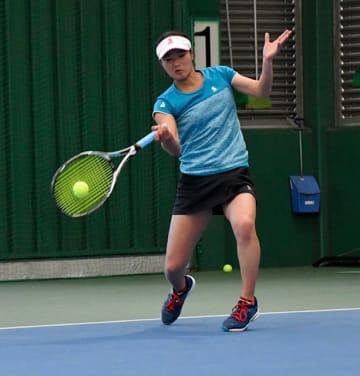 力強いフォアハンドでシングルス本戦出場を決めた鵜飼有希=長良テニスプラザ