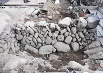 高山社跡で見つかった分教場時代のものと思われる石垣