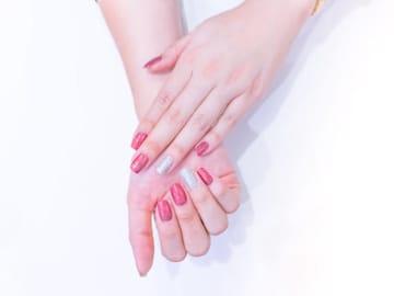 爪の整え方は指先を綺麗に見せるのに重要です。実は、爪の形をスクエアオフに整えるだけで、指をほっそり長く見せることができるんです。