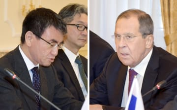 会談する河野外相(左)とロシアのラブロフ外相=16日、ドイツ・ミュンヘン(共同)