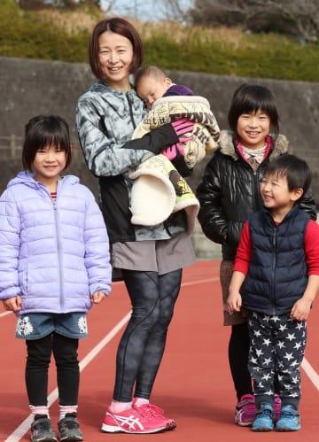 「ママ頑張るね」。子どもたちに囲まれ、笑顔を見せる島原半島チームの永友さん(南有馬子育て支援センター)=島原市上の原3丁目、市営陸上競技場