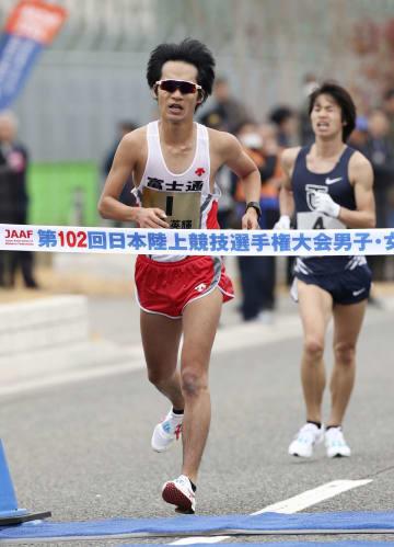男子で1時間18分0秒で5連覇を果たした高橋英輝。右は2位の池田向希=神戸市