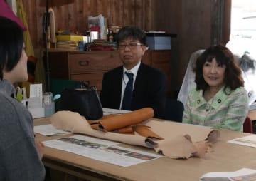 視察先の対馬で、斉藤さん(左)と意見交換する片山地方創生担当相(右)=対馬市、daidai