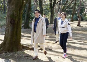 昭恵夫人(右)と散歩を楽しむ安倍首相=17日午後、東京都目黒区