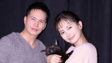 ドラマ「捨て猫に拾われた男」の会見に登場した市原隼人さん(左)と中村ゆりさん