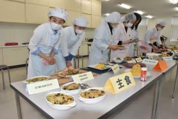 綾町産野菜を使い、創意工夫を凝らしたレシピで作った料理を披露する学生ら