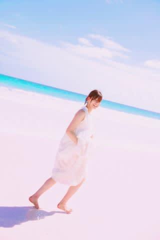 「欅坂46」の渡邉理佐さんのファースト写真集の公式インスタグラムより 撮影/倉本GORI