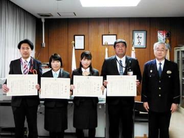 斎藤和洋署長(右)から感謝状を贈呈された(左から)岡川陽祐さん、鈴木由美子さん、飯田絵里さん=大宮西署(同署提供)