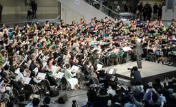 500人のフルート愛好家が共演したコンサート=神戸市東灘区向洋町中6