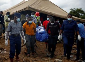 ジンバブエのカドマ郊外の金鉱で見つかった遺体を搬送する救助隊員=16日(ロイター=共同)