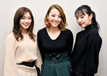 「ここまで日本各地を回るツアーも初めてなので、私たちもとにかく楽しみ」と語るメンバー(左から山口乃々華、Shizuka、重留真波)=1月末、松山市大手町1丁目