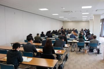 【選挙に向けての説明を聞く各陣営からの参加者ら=鈴鹿市神戸1丁目の市民会館で】