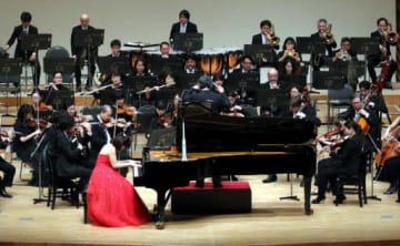 リストのピアノ協奏曲を力強く披露する団員たち
