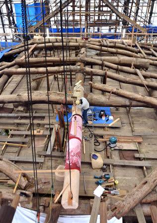 修復中の国重要文化財、本隆寺本堂。マツのはりの中に、ヒノキの丸太を継ぐ作業が進んでいる(京都市上京区)