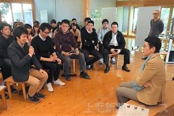 茂木市長(右)と安中の未来について語り合う参加者