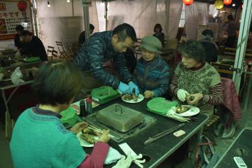 出張かき小屋で焼きかきを楽しむ来店客=土浦市大和町