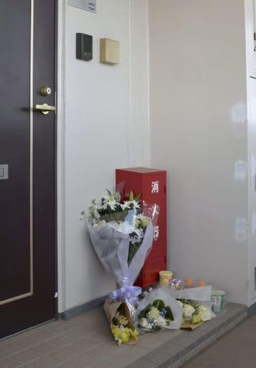 亡くなった栗原心愛さんの自宅前に手向けられた花束