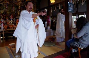 本堂には檀家や信徒が集まり、岡野住職(左)から特別な祈祷をしてもらった=17日、大網白里市