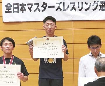 優勝した大川さん(中央)
