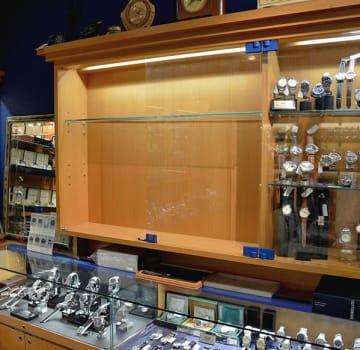 ロレックス58点が盗まれ、空になったガラスケース=16日、熊本市中央区