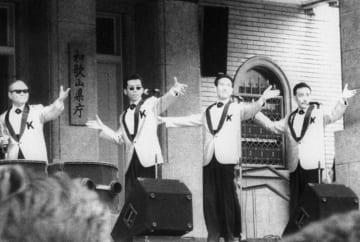 1992年7月、和歌山の県庁前で歌う「ザ・キングトーンズ」。左端がリーダーの内田正人さん