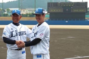 西武・辻監督(左)、多和田真三郎【写真:岩国誠】