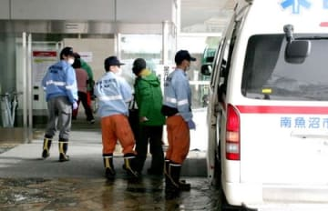 湯沢町三俣の神楽ケ峰で遭難し病院に搬送されたスキーヤー=18日午前10時すぎ、湯沢町