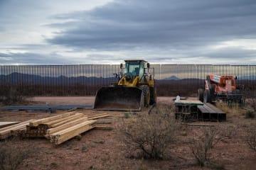 フェンスの取り換え作業が進む米アリゾナ州の国境地帯=14日(UPI=共同)