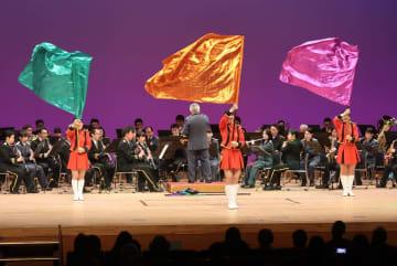 演奏に合わせ、華やかなパフォーマンスを披露するカラーガード隊