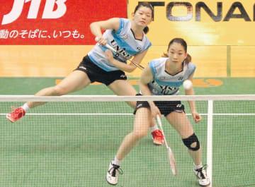女子決勝で第1ダブルスを制した日本ユニシスの高橋礼(奥)松友組
