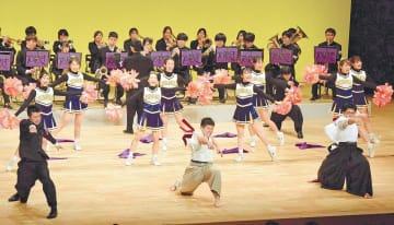 気合いを込めて演舞を披露する団員たち