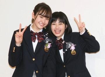 卒業会見を行った尾碕真花さん(左)と井頭愛海さん