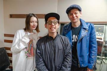 写真は、ONE OK ROCK Takaさん(中央)と、番組パーソナリティのジョージ・ウィリアムズさん(右)と、安田レイさん(左)