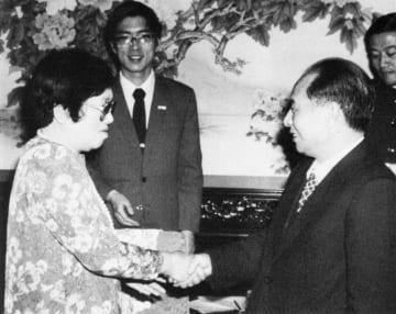 1984年11月、北京で作家の山崎豊子さん(左)と会見する中国共産党の胡耀邦総書記(新華社=共同)