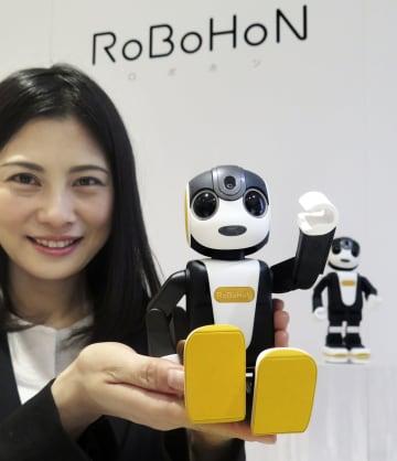 シャープが発売するロボット型携帯端末「ロボホン ライト」=18日、東京都港区