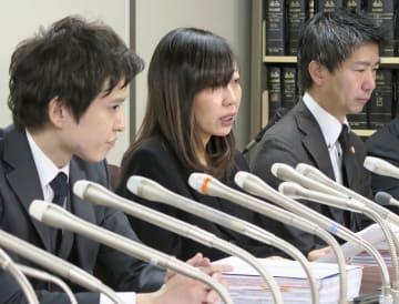 アイドル自殺訴訟の第1回口頭弁論を終えて記者会見する、大本萌景さんの母親の幸栄さん(中央)=18日午後、東京・霞が関の司法記者クラブ