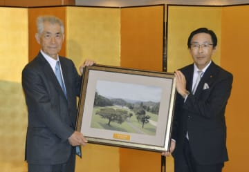 京都府特別栄誉賞を授与され、西脇隆俊知事(右)から西陣織の副賞を贈られる京都大の本庶佑特別教授=18日午後、京都市