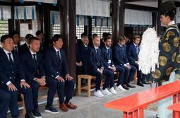 今季の必勝祈願に臨む神戸のイニエスタ(前列左から4人目)ら=神戸市兵庫区(撮影・後藤亮平)