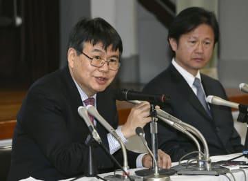 記者会見する慶応大の岡野栄之教授(左)と中村雅也教授=18日午後、東京都新宿区