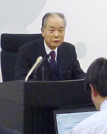 沖縄県の審査申し出却下を決定し、記者会見する「国地方係争処理委員会」の富越和厚委員長=18日午後、総務省