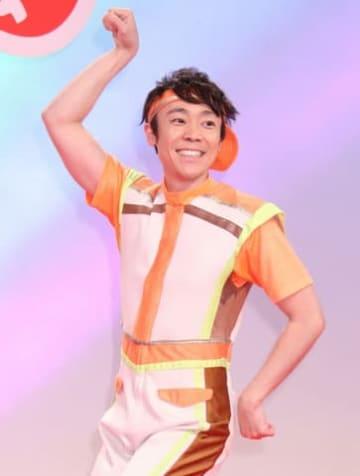 「おかあさんといっしょ」で人気の体操「ブンバ・ボーン!」の振り付けを披露する小林よしひささん