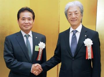 握手を交わす河原支部長=左=と上野会頭