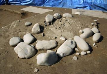 加茂宮ノ前遺跡で見つかった、石を円形に並べた遺構=18日午後、徳島県阿南市